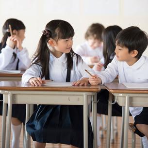 教室で勉強をする小学生の写真素材 [FYI01958468]