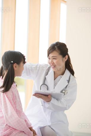 女の子と話をする女医の写真素材 [FYI01959042]