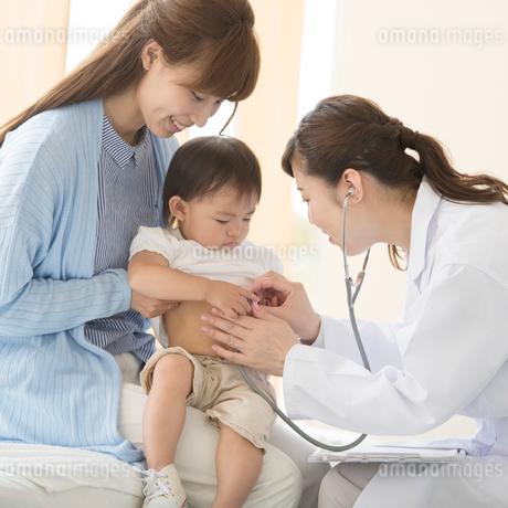 赤ちゃんの診察をする女医の写真素材 [FYI01959132]