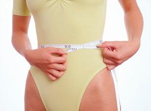ウエストのサイズを測る女性の写真素材 [FYI01959144]