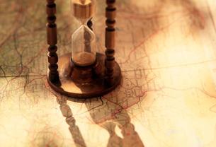 地図と砂時計の写真素材 [FYI01959210]