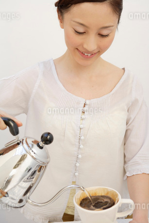 コーヒーを入れる日本人女性の写真素材 [FYI01959237]