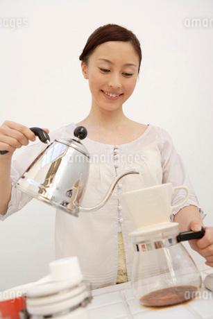 コーヒーを入れる日本人女性の写真素材 [FYI01959257]