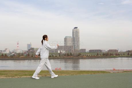 ウォーキングをする日本人女性の写真素材 [FYI01959449]