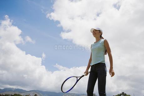 テニスをする日本人女性の写真素材 [FYI01959566]