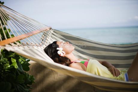 ハンモックで寝る日本人女性の写真素材 [FYI01959630]
