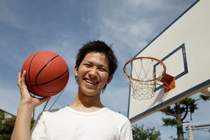 バスケットボールをする日本人男性の写真素材 [FYI01959717]