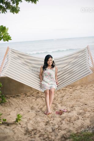 ハンモックに座る日本人女性の写真素材 [FYI01959729]