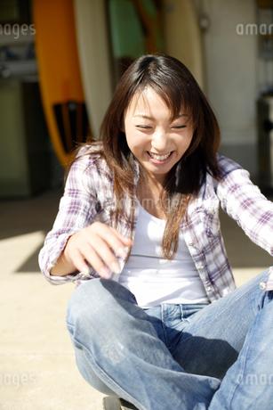 笑顔ではしゃぐ日本人女性の写真素材 [FYI01959768]