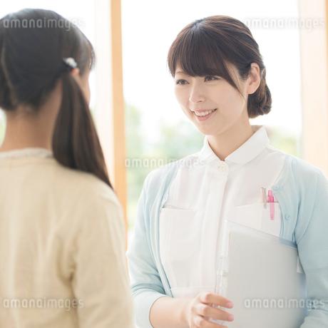 女の子と話をする看護師の写真素材 [FYI01959800]