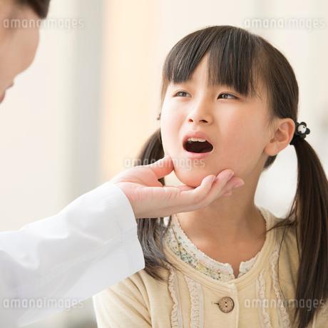 女医の診察を受ける女の子の写真素材 [FYI01959801]