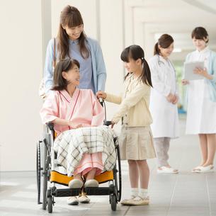 祖母の車椅子を押す親子の写真素材 [FYI01959806]
