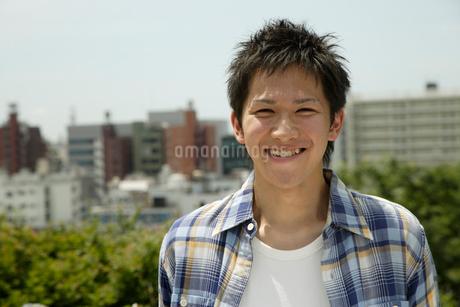 笑顔の20代日本人男性の写真素材 [FYI01959812]