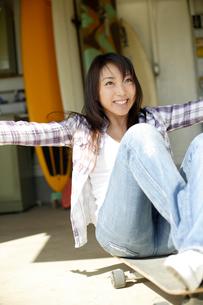 笑顔ではしゃぐ日本人女性の写真素材 [FYI01959929]