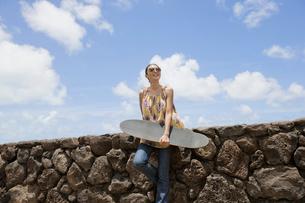 スケートボードを持った日本人女性の写真素材 [FYI01959944]