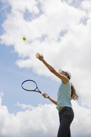 テニスをする日本人女性の写真素材 [FYI01960008]