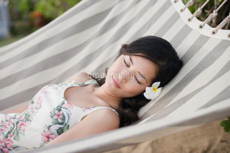 ハンモックで寝る日本人女性の写真素材 [FYI01960191]