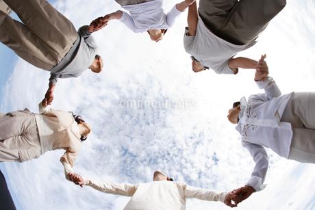手をつなぐ家族の写真素材 [FYI01960195]