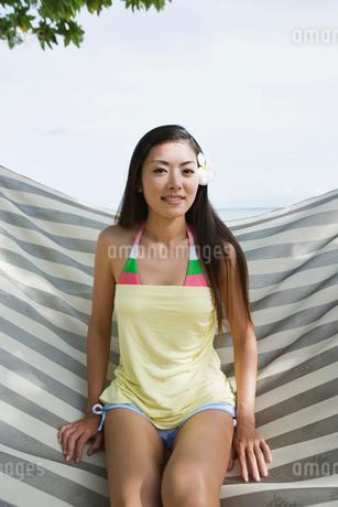 ハンモックに座る日本人女性の写真素材 [FYI01960313]