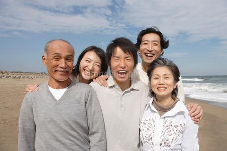 笑顔の家族の写真素材 [FYI01960390]