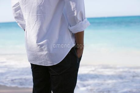 海辺に立つ日本人男性の写真素材 [FYI01960482]
