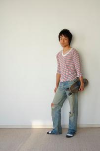 スケートボードを持つ20代男性の写真素材 [FYI01960503]