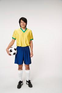 サッカーボールを持つ男性の写真素材 [FYI01960804]