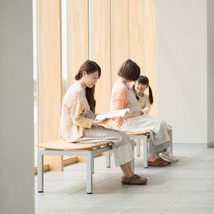 待合室で順番を待つ妊婦の写真素材 [FYI01960929]