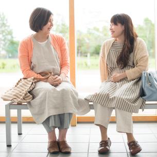 待合室で談笑をする妊婦の写真素材 [FYI01961001]