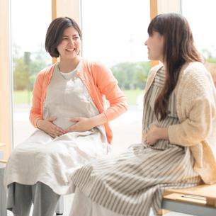 待合室で談笑をする妊婦の写真素材 [FYI01961004]