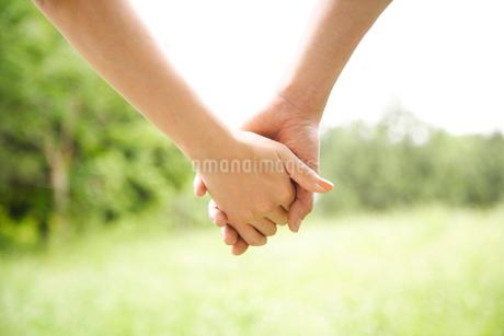 手をつなぐカップルの写真素材 [FYI01961036]
