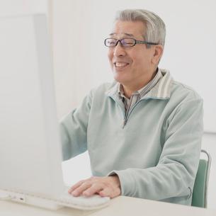 パソコン操作をするシニア男性の写真素材 [FYI01961064]