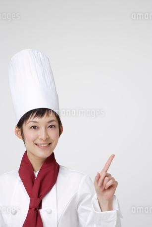 人差し指を立てているシェフの写真素材 [FYI01961129]