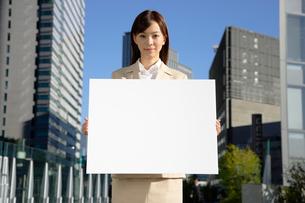 メッセージボードを持つビジネスウーマンの写真素材 [FYI01961250]
