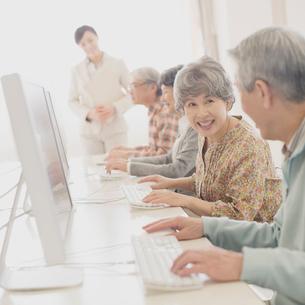 パソコン教室で講習を受けるシニアの写真素材 [FYI01961394]