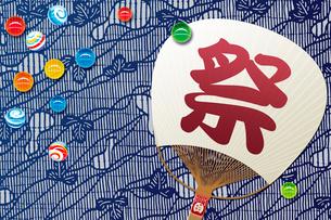 ビー玉と団扇 夏イメージの写真素材 [FYI01961572]