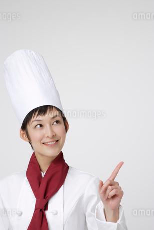 人差し指を立てているシェフの写真素材 [FYI01961633]