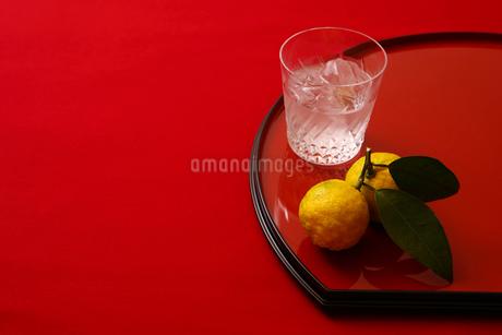 焼酎と柚子の写真素材 [FYI01961685]