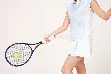 テニスをする女性の写真素材 [FYI01962153]