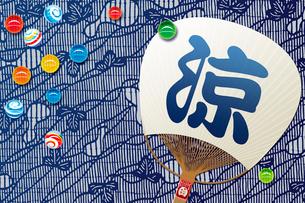 ビー玉と団扇 夏イメージの写真素材 [FYI01962283]
