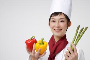 野菜を持つシェフの写真素材 [FYI01962926]
