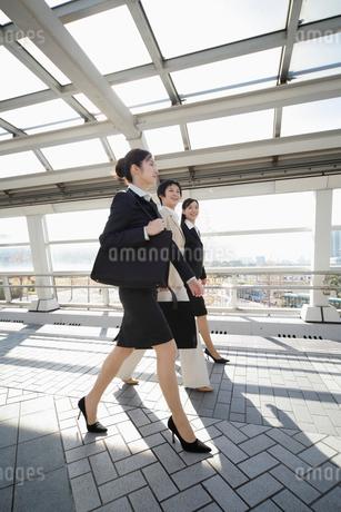 通路を歩くビジネスウーマンの写真素材 [FYI01963262]