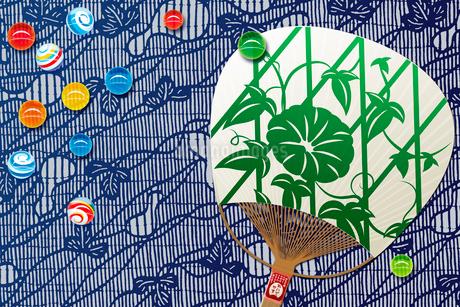 ビー玉と団扇 夏イメージの写真素材 [FYI01963385]