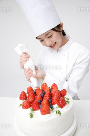 ケーキを作るパティシエの写真素材 [FYI01963548]