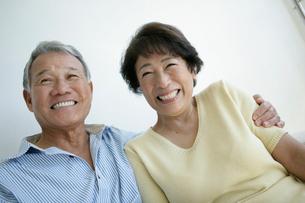笑顔のシニア夫婦の写真素材 [FYI01964516]