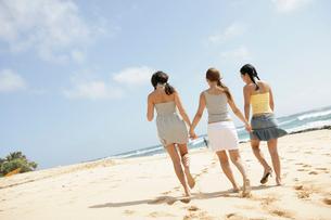 海辺を歩く3人の女性の写真素材 [FYI01964549]