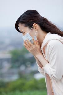 くしゃみをする20代女性の写真素材 [FYI01965140]