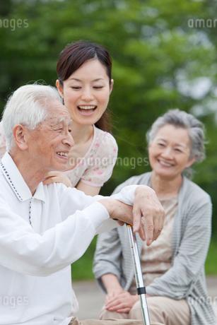 シニア夫婦と孫の写真素材 [FYI01965212]