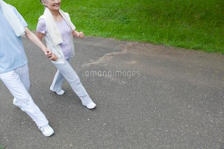 ウォーキングをするシニア夫婦の写真素材 [FYI01965294]