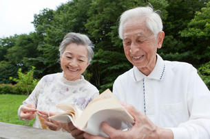 読書をする男性と編み物をする女性の写真素材 [FYI01965297]